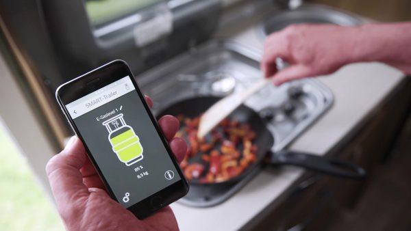 E-Trailer gaslevel app in hand